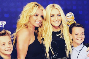 This pic of Britney and Jamie Lynn Spears with their families is SO sweet
